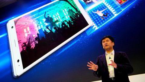 Salgs- og markedssjef i Sony, Hideyuki Furumi viser frem smarttelefonen Xperia XZ2 på fjorårets Mobile World Congress. Tross gode omtaler har Sony ikke klart å konkurrere med Samsung, Apple og kinesiske smarttelefonprodusenter. I dag er Sony bare en del av kategorien andre i salgsstatistikkene.