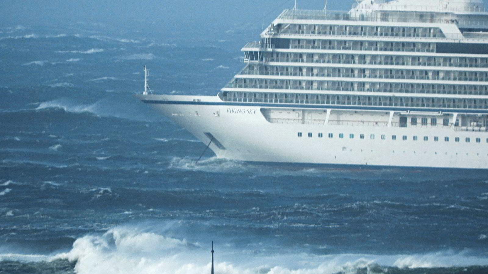 De samfunnssikkerhetsmessige og beredskapsmessige utfordringer med at større cruiseskip beveger seg langs norskekysten og opp i sterkt ugjestmilde farvann utenfor Nord-Norge og Svalbard er etter vår mening så alvorlige at det må utredes. Her cruiseskipet «Viking Sky» som driver mot land etter problemer med maskinstans.