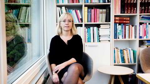 Direktør Åse Wetås i Språkrådet blir beskyldt for å gi utdaterte råd. Det er hun ikke enig i.
