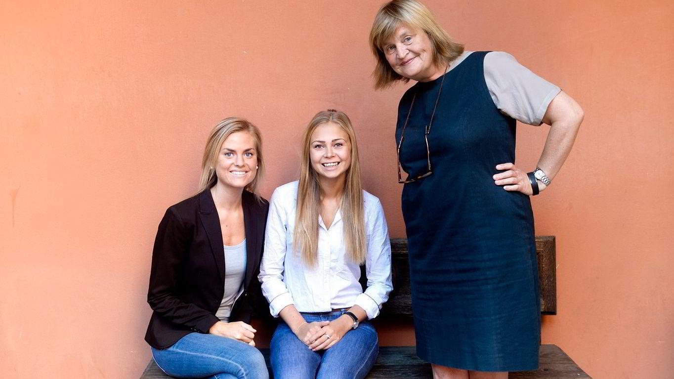 FRYKTER FORDOMMER. Studentene Malin Aasebø (til venstre) og Marthe Berget sier at bruken av sosiale medier i rekrutteringsbransjen gjør at fordommer får spille inn mer. Her er de sammen med veileder Elin Ørjasæter.