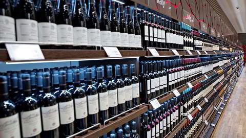 Lange vegger med hele 1100 forskjellige vinvalg møter de reisende ved Oslo lufthavns ankomstbutikk.