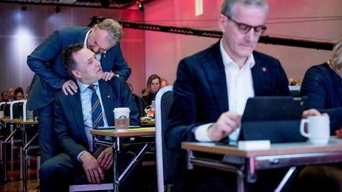Raymond Johansen, som her gir en beskjed til fylkesordfører Tore O. Sandvik før han går på talerstolen, og Jonas Gahr Støre, reagerer på angrepet fra Sandvik og tidligere nestleder Trond Giske på Oslo-eliten.