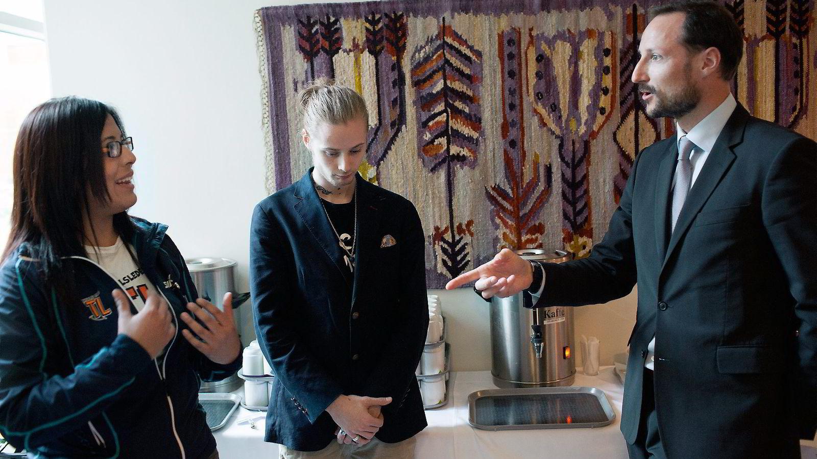 TO VERDENER. Kronprins Haakon møtte «pøblene» Nicolai Ludvigsen og Emilia Alfaro på Høvik igår. Begge sier de har blitt løftet frem av Pøbelprosjektet, som kronprinsparet støtter.