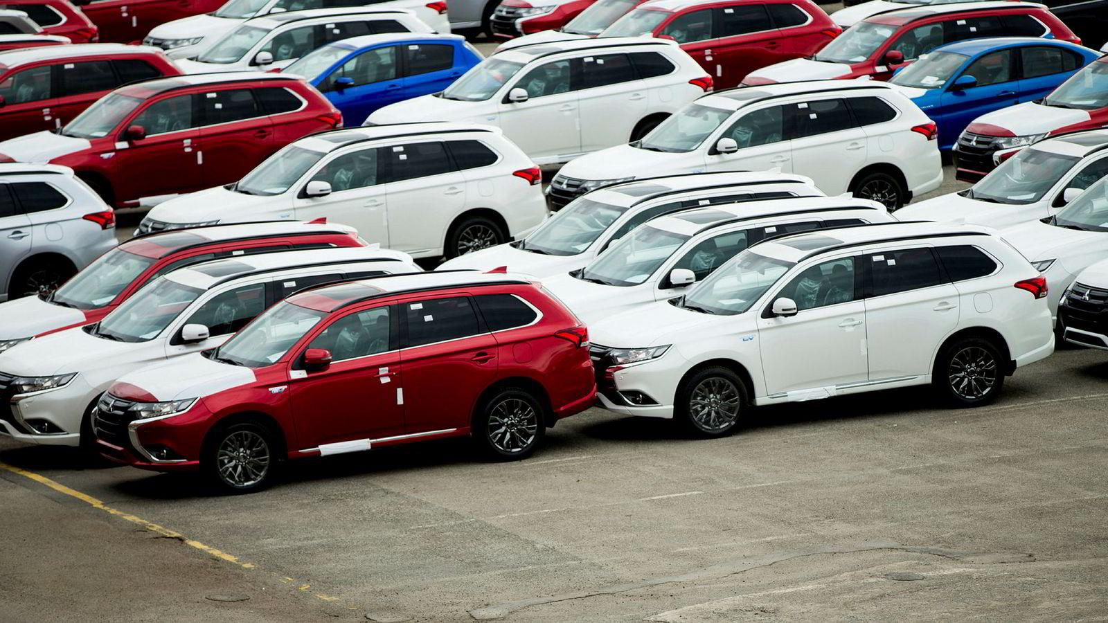 Bilavgiftene i Norge skal tilpasses virkeligheten etter 2025. Da skal det kun selges nullutslippsbiler, og ingen biler som disse ladbare hybridene i Drammen havn.