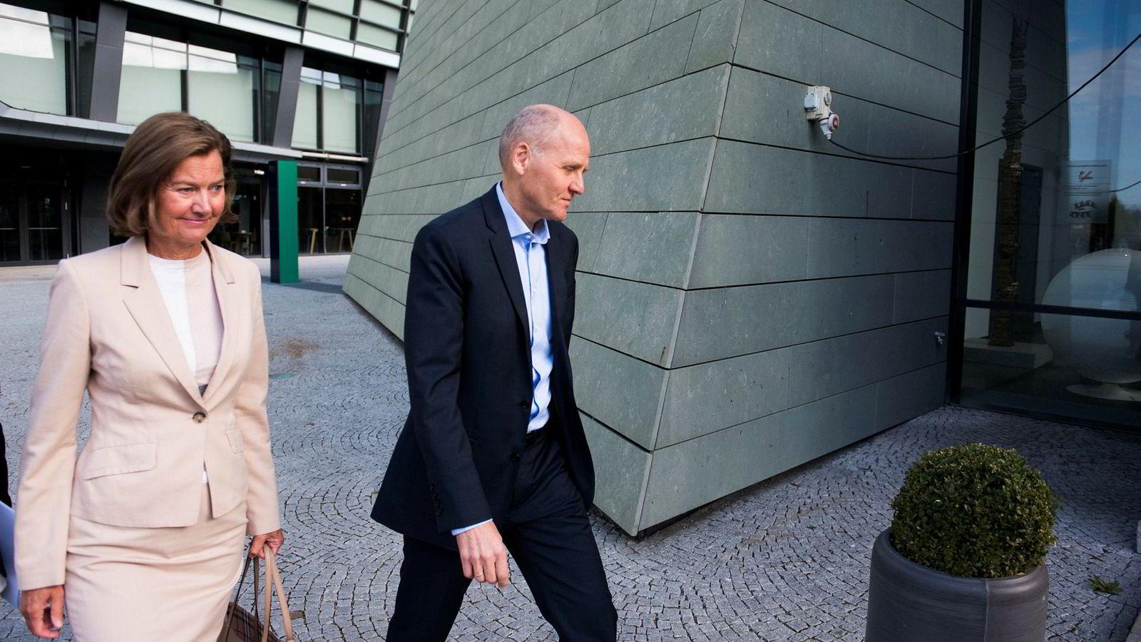 Styreleder Gunn Wærsted og konsernsjef Sigve Brekke i Telenor ankommer selskapets lokaler i Fornebu tirsdag formiddag.