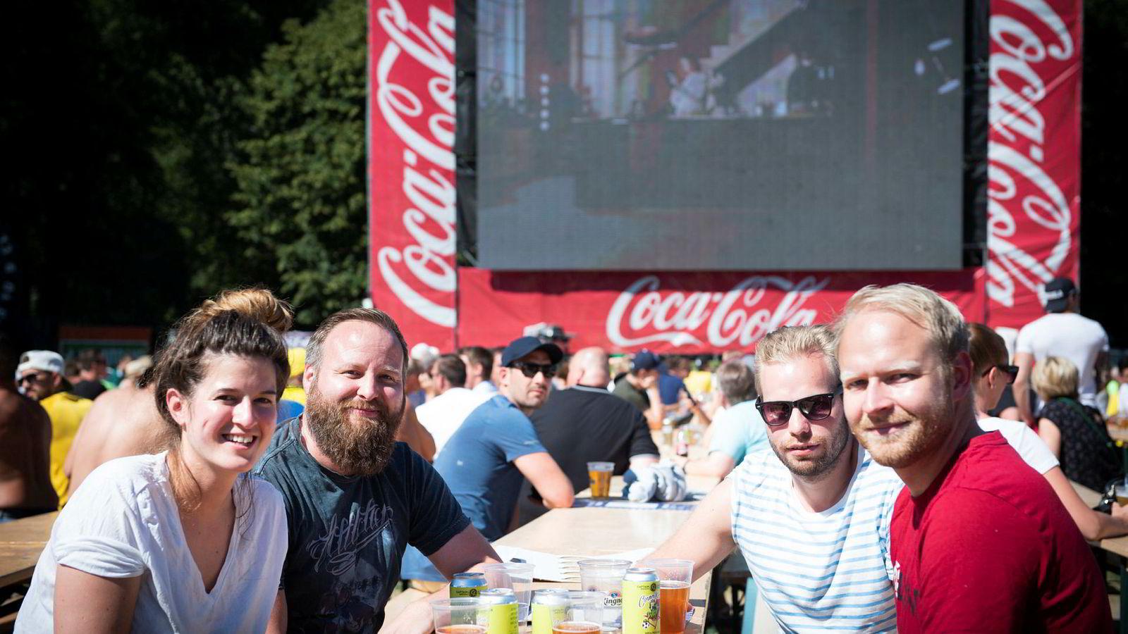 Hege Møller (30, til venstre) og vennene Jon Anders Blom (40) og Tom Erik Olsen (32) og Gustav Jensen (32) ser sjelden lineær-tv, men gjorde et unntak mandag for å få med seg VM-kampen mellom Brasil og Mexico på Kontraskjæret i Oslo.