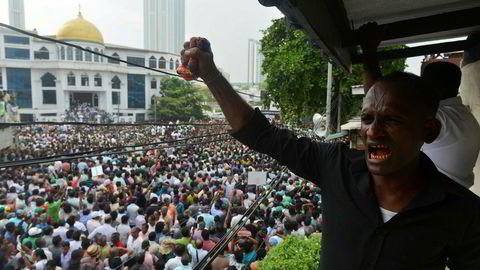 Det har vært store demonstrasjoner hele uken til støtte for Sri Lankas avsatte statsminister, Ranil Wickremesinghe. Presidenten og en tidligere rival, som er beskyldt for korrupsjon og grove brudd på menneskerettighetene, har gått sammen.