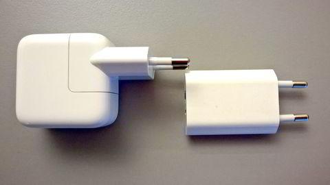 Oslo, 10.11.14: Det finnes to typer Apple-ladere. Laderen til venstre er til Ipad og yter 2,4 A, mens den lille Iphone-laderen yter 1A. Den minstre gir lengst levetid for batteriet, mens den store lader vesentlig raskere. Foto: Magnus Eidem