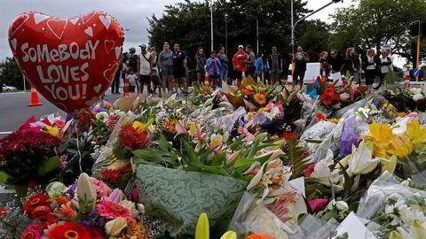 Sørgende har lagt ned blomster ved Masjid Al Noor-moskeen Christchurch, New Zealand.
