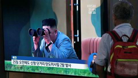 Nye oppskytinger fra Nord-Korea. En tv-skjerm viser leder Kim Jong Un som følger med på en oppskyting.