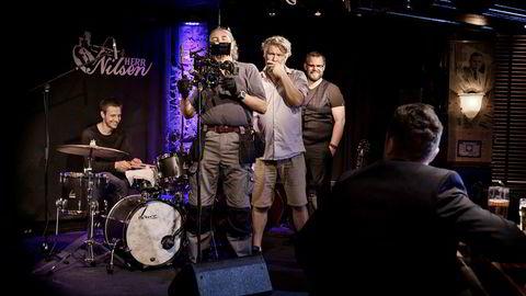 Regissør Per Olav Sørensen (i midten) skal regissere en originalserie fra Netflix i Sverige. Her fra en pilotinnspilling på Herr Nilsen i Oslo i fjor høst. Foto: Line Ørnes Søndergaard