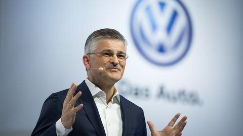 Sjef for Volkswagen i USA, Michael Horn, introduserer en ny Passat-modell mandag, men de fleste var like opptatt av jukseskandalen som rammet selskapet. Foto: Kevin Hagen/AP Photo/NTB scanpix
