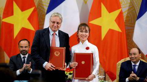 VietJets grunnlegger Nguyen Thi Phuong Thao undertegnet denne uken en avtale om å øke ordren av Airbus-fly da Frankrikes statsminister avla Vietnam et besøk. Til venstre Airbus' salgsdirektør Christian Scherer.