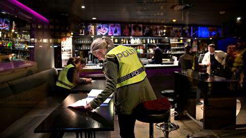 Vi sier selvsagt ikke nei til alle tiltak mot sosial dumping eller til innsats mot arbeidslivskriminalitet. Men vi har hatt innsigelser til det virkelighetsbildet som tegnes av LO og andre. Her fra en razzia på et utested i Oslo hvor det fårelå mistanke om økonomisk kriminalitet.