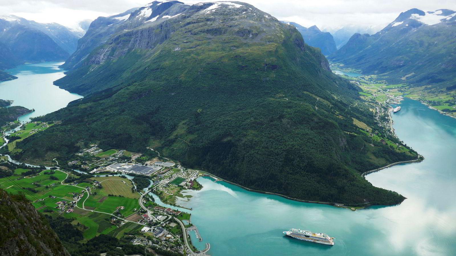 Loen er et populært turistmål, både for nordmenn og utenlandske turister.