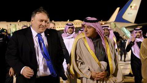 USAs utenriksminister Mike Pompeo blir tatt imot av Saudi-Arabias utenriksminister Adel al-Jubeir i i Riyadh søndag.