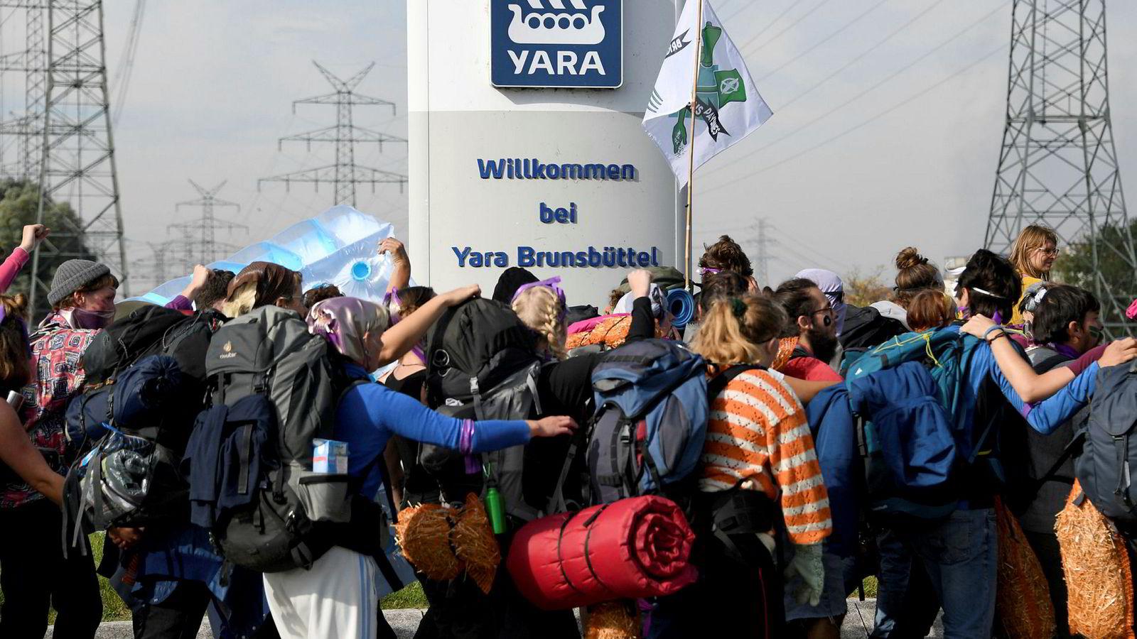 Demonstranter blokkerer innkjørselen til Yara-fabrikken utenfor Hamburg mandag.