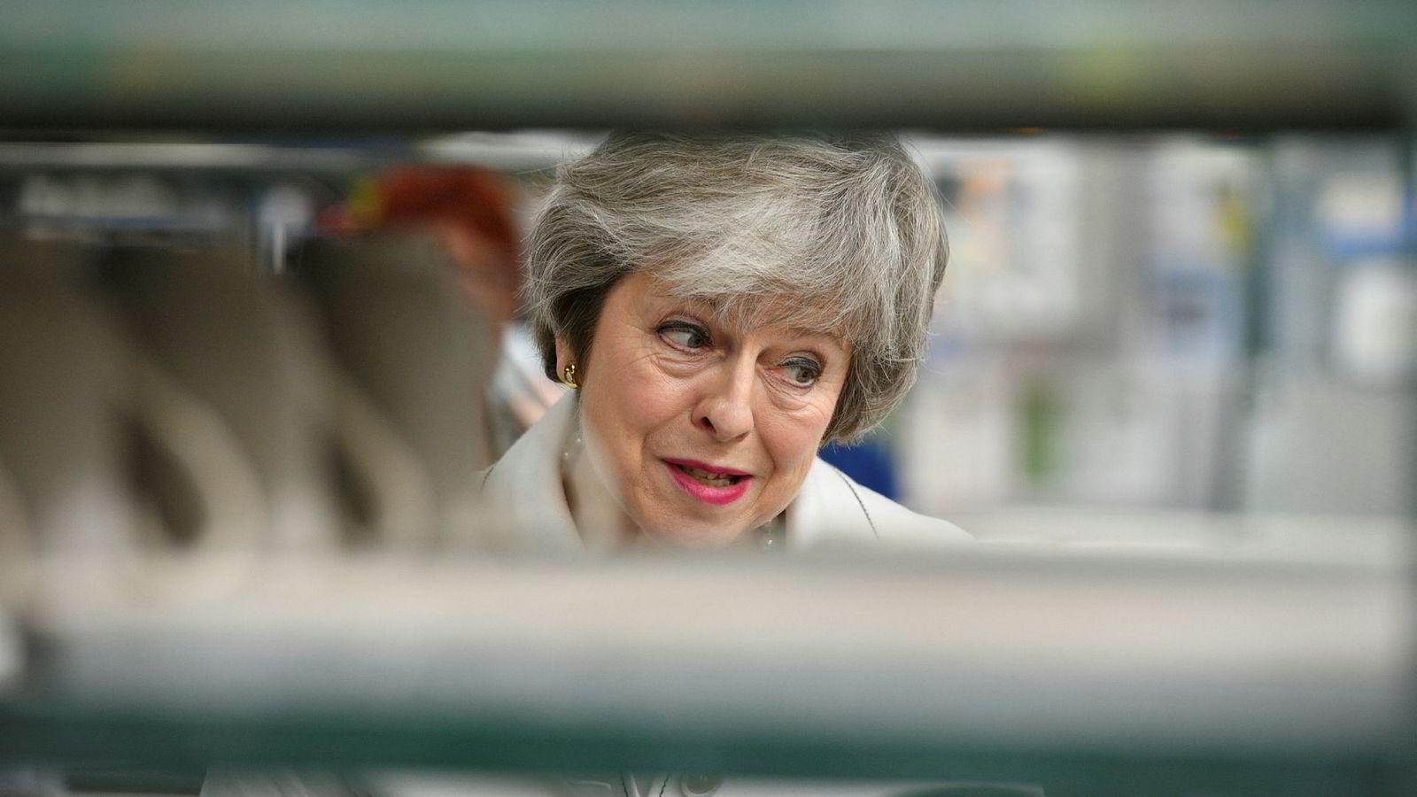 Statsminister Theresa May besøker her fabrikken Portmeirion i Stoke-on-Trent mandag.