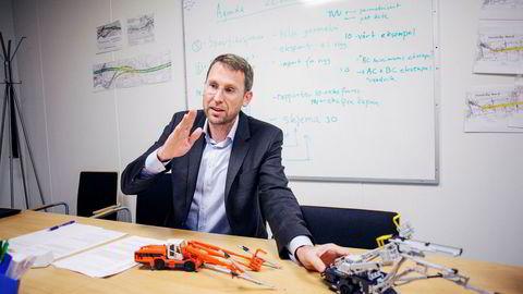 – Gjennom datastyrt posisjonering av borkronen kan føreren via en skjerm bore mer nøyaktig, sier daglig leder, Thorvald B. Wetlesen i Bever Control og viser frem miniutgaver av utstyret.