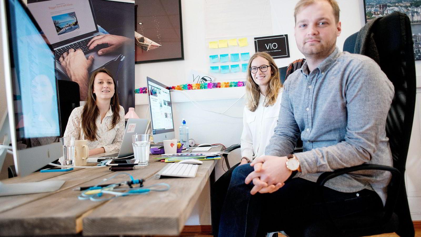 Vio-gründerne Agnes Dyvik (fra venstre), Mari Hæreid og André Wærness-Vold har laget et Netflix for norsk magasinjournalistikk. De har hentet 2,8 millioner kroner fra investorer, men velger å ansette flere fremfor å ta ut lønn selv.