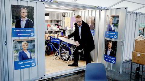 Harald Victor Hove er Høyres byrådslederkandidat i Bergen. Onsdag morgen var han med på å gjøre klar og åpne Høyres stand på Festplassen.