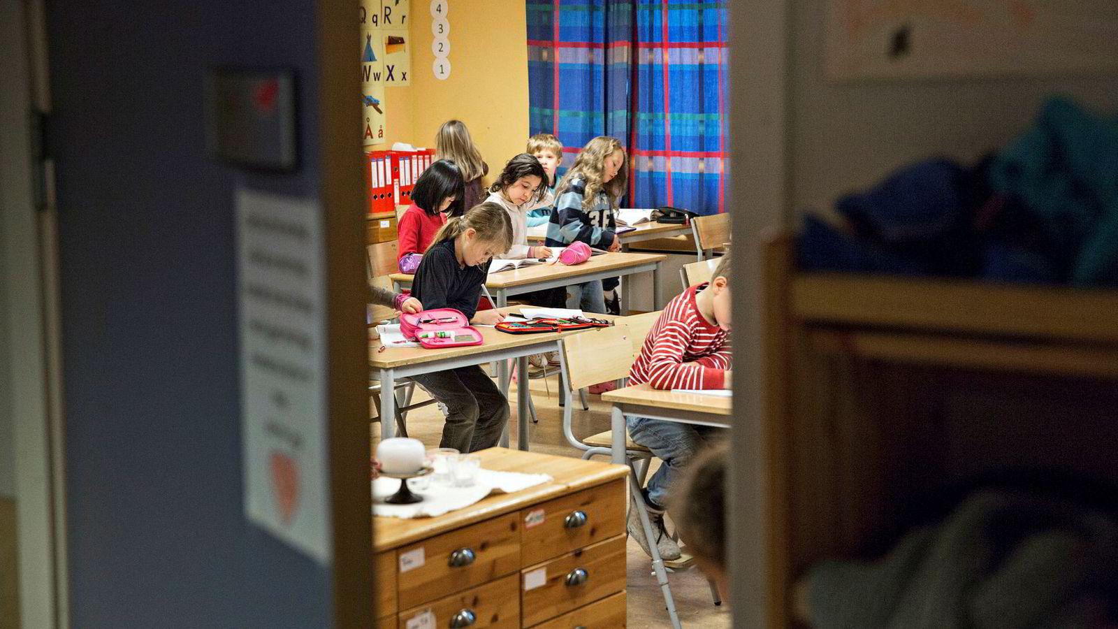 Fra flere hold etterlyses det tydelige retningslinjer for hva elevene skal lære, skriver artikkelforfatteren.