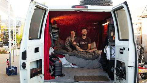 Vaner for livet. Grunnleggeren av van-kollektivet, Clarence Risher, og daglig leder, Victoria Dobbs, deler varebil inne på Buspatch-tomten.