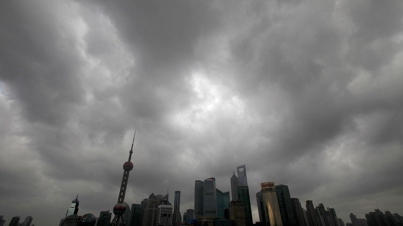 Mørke skyer over finansdistriktet i Shanghai, Kina. Foto: REUTERS/Carlos Barria/NTB Scanpix