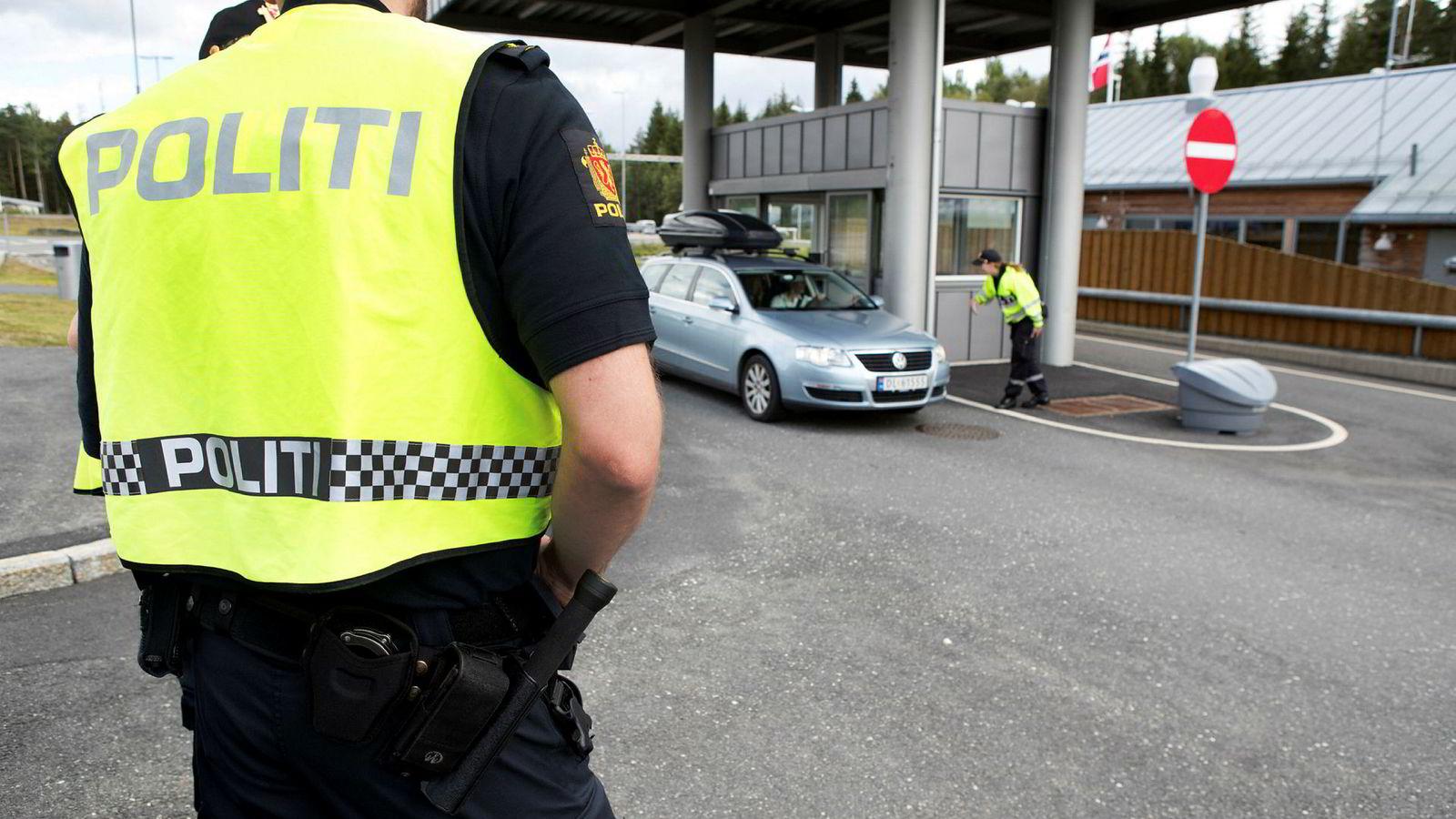 Politiet på vakt ved grensepasseringen i Ørje. Nå vil de sørge for at politiets passering skal skje så knirkefritt som mulig.