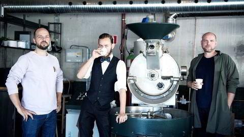 Fugler. Joakim Pedersen (fra venstre), Ludvik Bonna Hopstock og Einar Kleppe Holthe i Fuglen. De åpner nytt brenneri i Gamlebyen og en ny filial i Tokyo. Her på de nye lokalene i Gamlebyen.