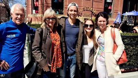 Etter en av sønnens første eksamener på MIT sendte skolen gratulasjonsbrev hjem til moren Tone Ikdahl (nummer to fra venstre). Her er hun på besøk i forbindelse med Boston Marathon. Fra venstre: Jack Waitz, Tone Ikdahl, Trond Ikdahl Andersen, Nicole Chesnokov og Helle Aanesen