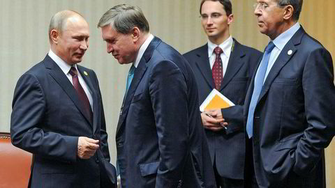 Yury Ushakov (nummer to fra venstre) har vært president Vladmir Putins viktigste utenrikspolitiske rådgiver. En av Ushakovs medarbeidere har lekket konfidensiell informasjon og dokumenter til CIA i flere tiår, ifølge amerikanske medier.
