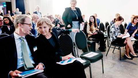 Statsminister Erna Solberg mottok rapporten «Grønn konkurransekraft» fra topersonsutvalget Idar Kreutzer og Connie Hedegaard (foran). Foto: Mikaela Berg