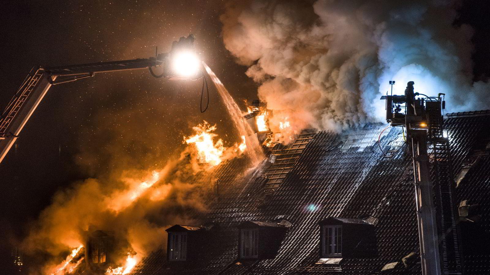 Brannvesenet jobbet sent onsdag kveld med å redde det som kunne reddes av Nedre Foss Gård. FOTO: Skjalg Bøhmer Vold