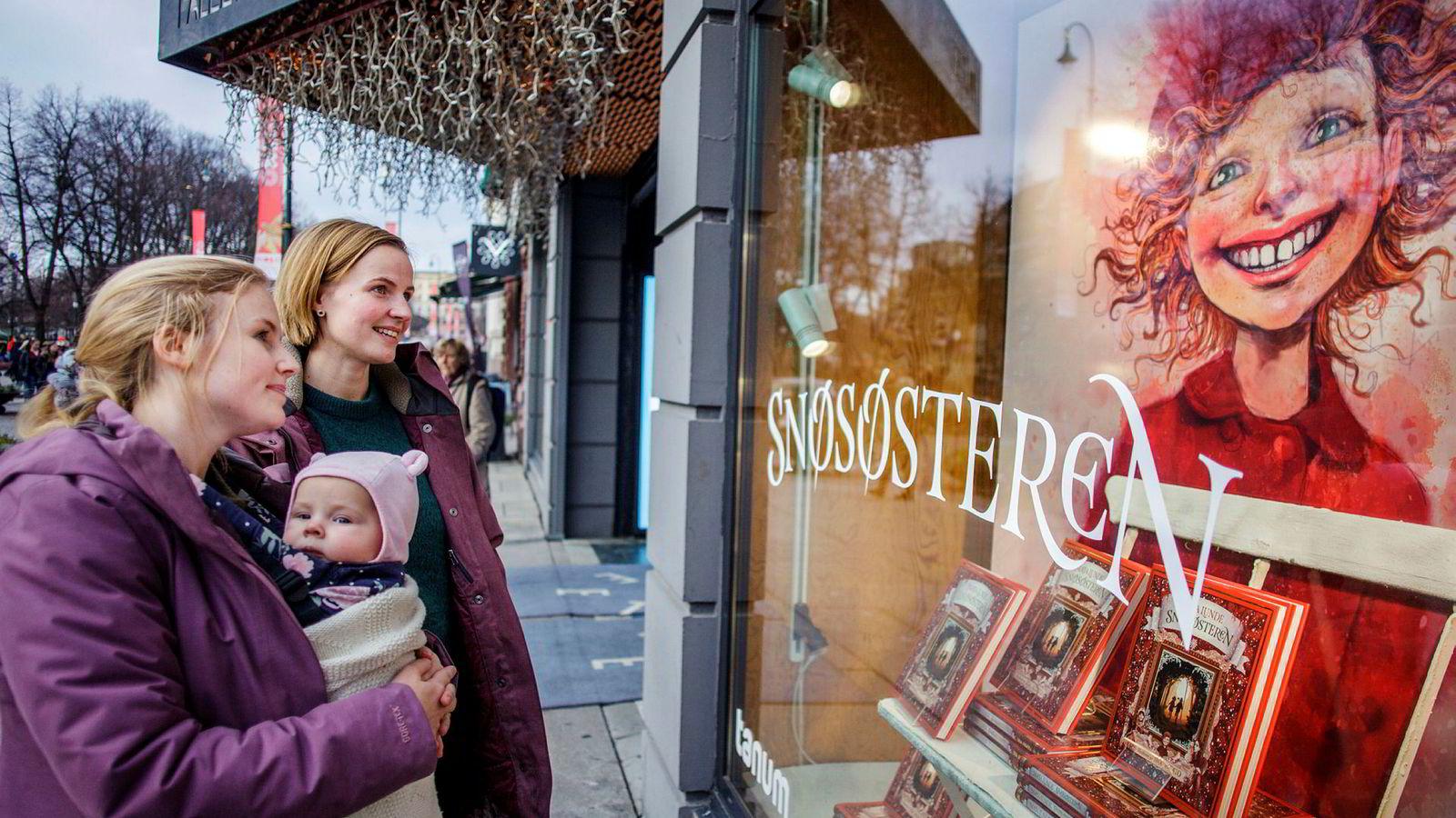 Ylva Willassen (med baby) og Anna Magnusson har med Magnussons datter Heidi på førjulshandel, og fikk øynene opp for Maja Lunde og Lisa Aisatos kassasuksess «Snøsøsteren».