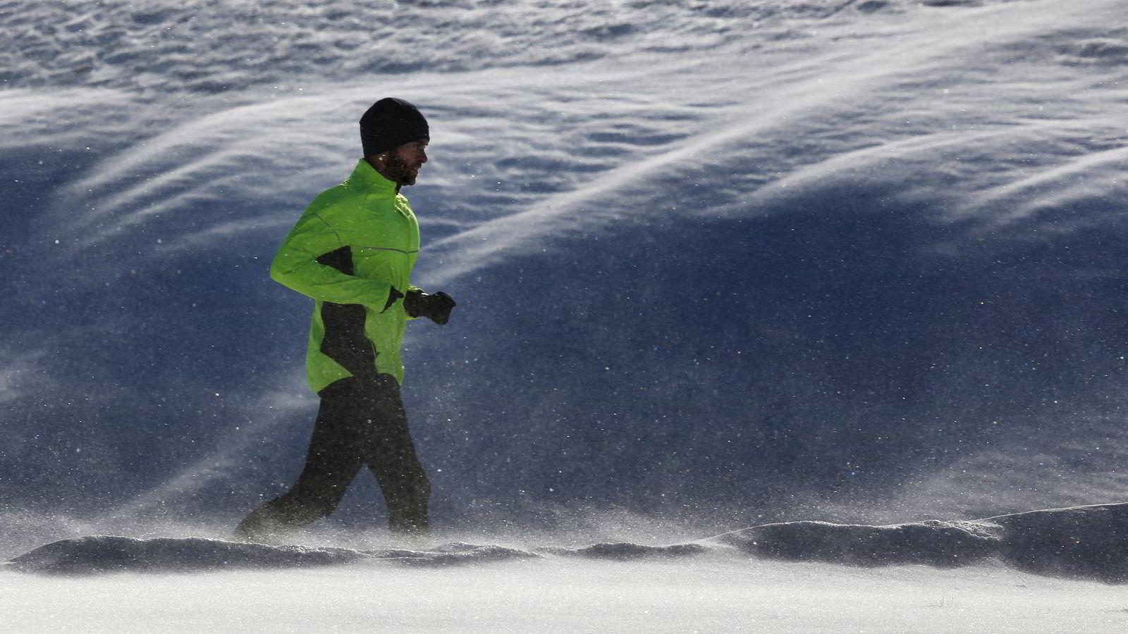 En jogger tar seg en løpetur i snøværet. Illustrasjonsgfoto: AP Photo/Robert F. Bukaty