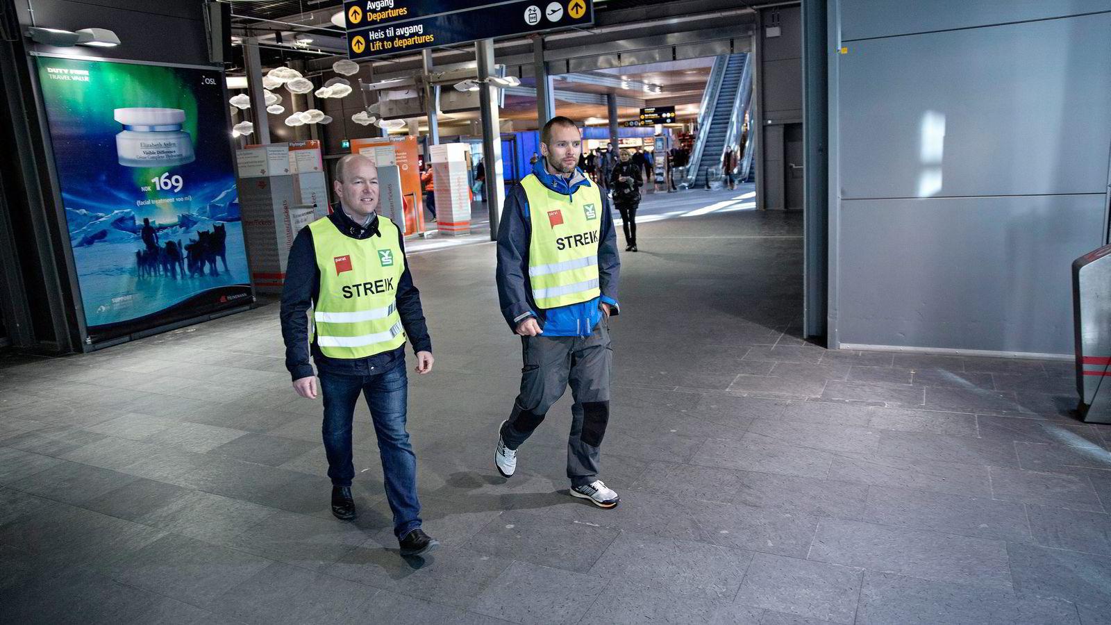 Norwegian-kapteiner gikk streikevakt på Gardermoen under den 11 dager lange pilotstreiken.               Foto: Aleksander Nordahl