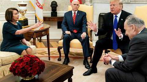 Nancy Pelosi ble hyllet, særlig av sine tilhengere, etter det famøse møtet med president Donald Trump i Det hvite hus like før jul. Visepresident Mike Pence (i midten) sa ikke et ord, mens demokratenes minoritetsleder Charles E. Schumer (til høyre) stort sett ble tilskuer til diskusjonen mellom Pelosi og Trump.
