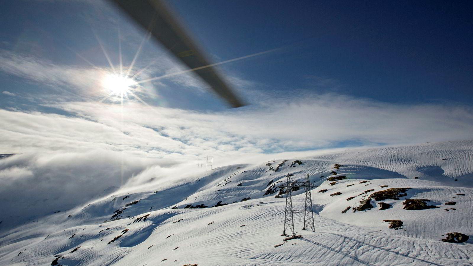 Lite snø i fjellet er en av årsakene til at strømprisene trolig vil holde seg høye en god stund fremover.