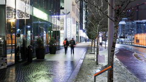 Byliv handler ikke bare om å fylle gatene og allmenningene med folk. Jeg står i kulden og ser nedover Dronning Eufemias gate i Bjørvika i Oslo. Hva slags valg er det tatt her, om hva slags samfunn vi ønsker å være, spør Ingerid Helsing Almaas. Her i Dronning Eufemias gate.