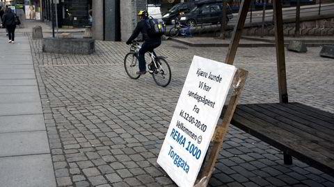 REMA 1000  i TorggataOslo, opplyser om søndagsåpen butikk på Youngstorget. Foto: Per Ståle Bugjerde