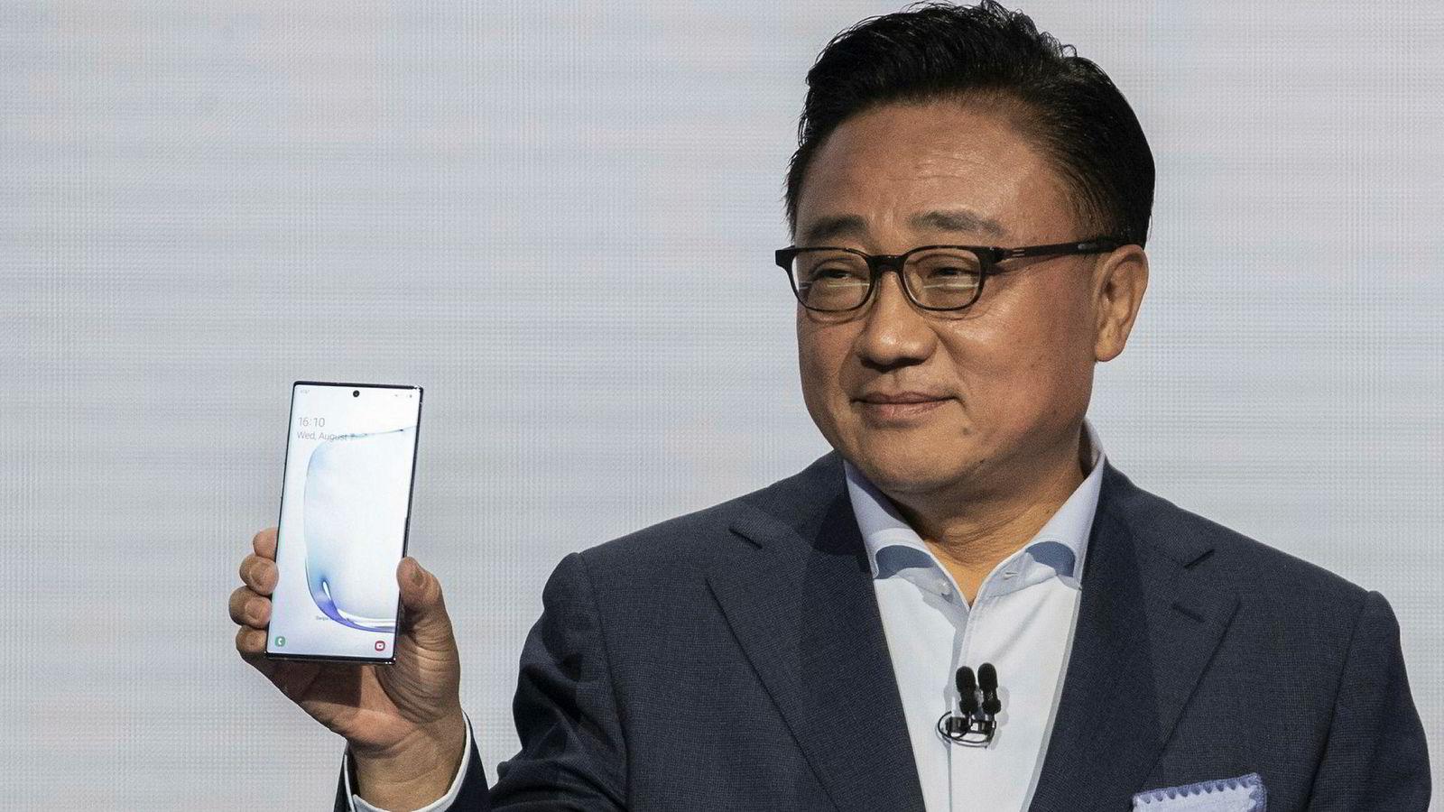 Samsungs sjef for mobildivisjonen, DJ Koh, viser frem Galaxy Note 10 for første gang i New York onsdag 7. august.