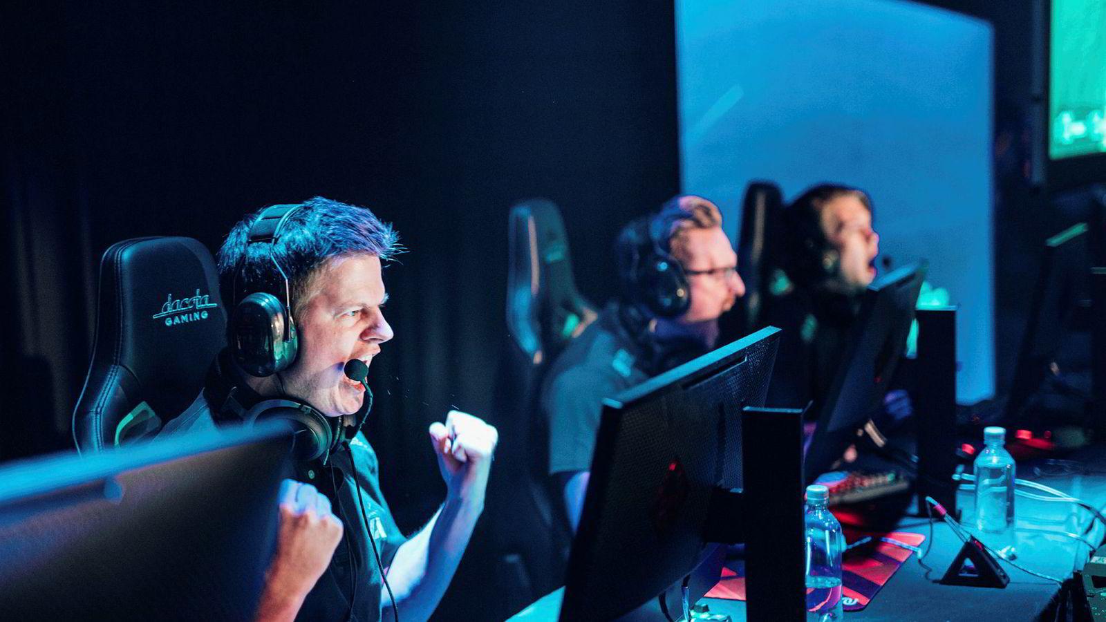 Lagleder Anders «aNdz» Kjær (foran) og resten av Counter-Strike-laget Apeks har nettopp vunnet finalen i Telialigaen søndag, som er å regne som et norgesmesterskap. Laget var ikke forhåndsfavoritter og seieren ga dermed en god avkastning for seere som veddet penger på at de skulle vinne.