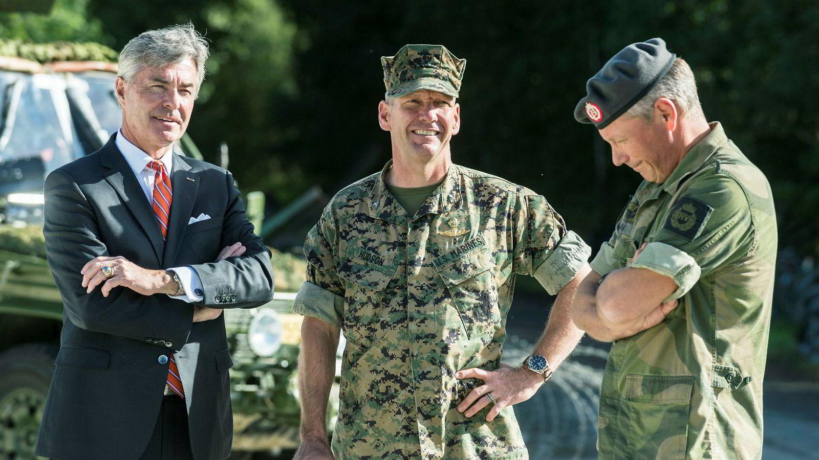 USAs ambassadør til Norge Kenneth J. Braithwaite (til venstre) legger press på Norge for å øke forsvarsbudsjettet. Her er han sammen med leder for US marines på Værnes oberst Hudson (i midten), og oberstløytnant Egil Haave fra HV-12.