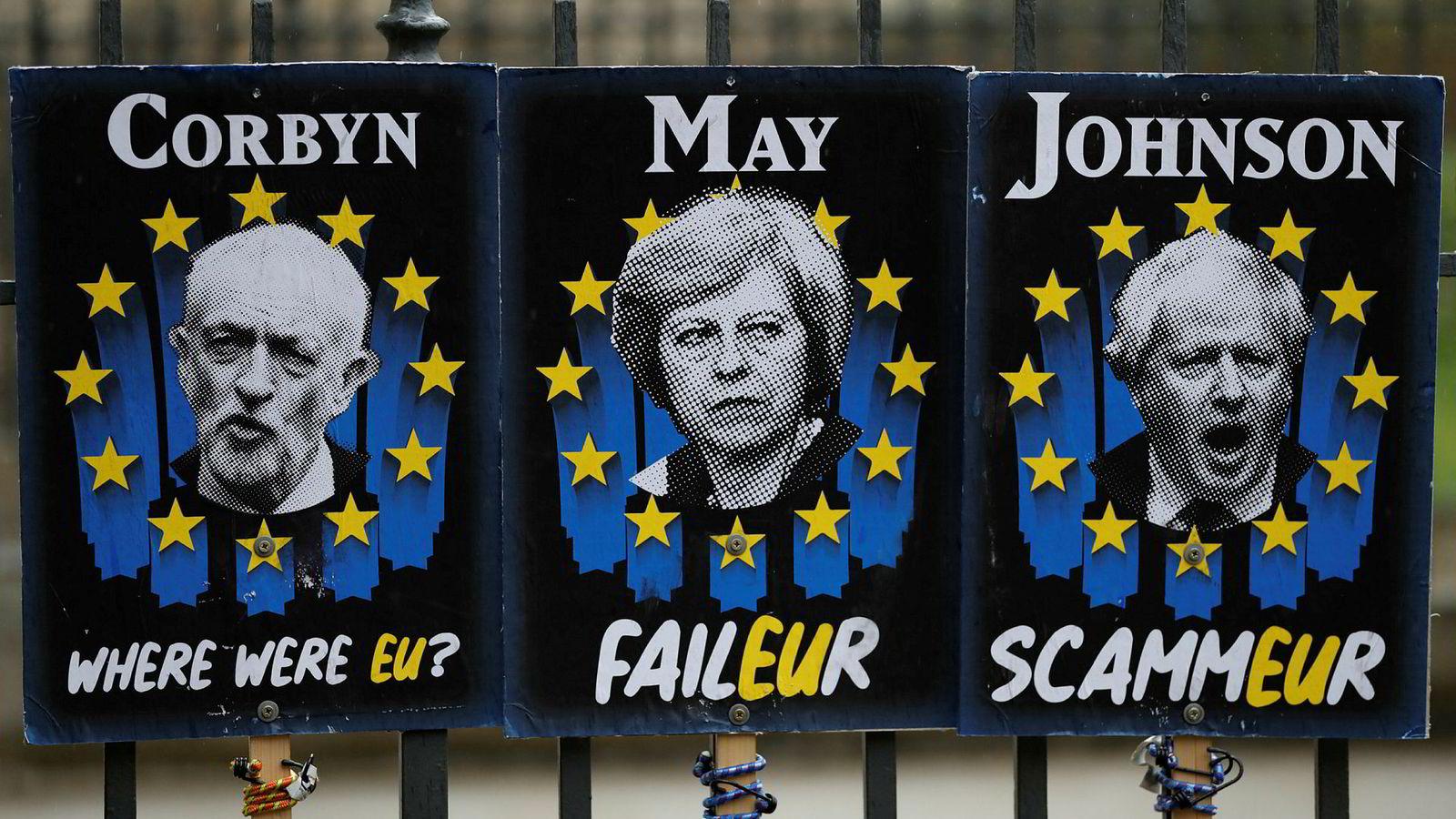 Tre av hovedpersonene i brexitdramaet som preger London, fra venstre Jeremy Corbyn, Theresa May og Boris Johnson. Her er det motstandere av brexit som sier sin mening utenfor parlamentet i London.