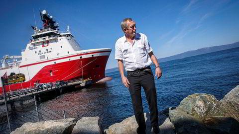 – Markedet har ikke kommet tilbake slik vi trodde. Resultatet for 2018 ble derfor dårligere enn vi hadde ventet, sier skipsreder Ole Bjørnevik. I bakgrunnen skipet «Boa Bison» som fortsatt ligger opplag.