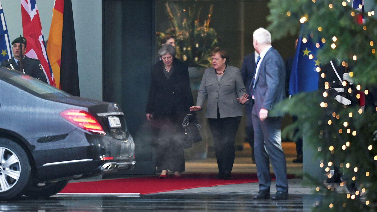Statsminister Theresa May ble høflig tatt imot av forbundskansler Angela Merkel i Berlin tirsdag før turen gikk videre til løvens hule i Brussel på kvelden.