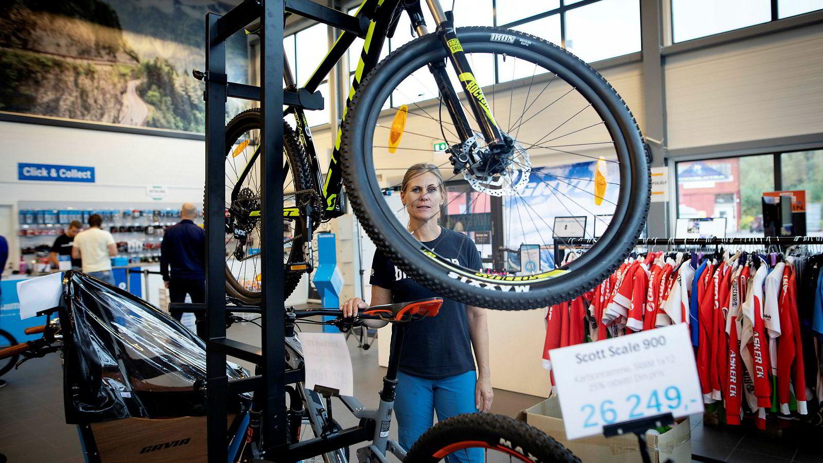 Butikksjef Margareth Steen i Bikeshops fysiske butikk på Skoppum, like utenfor Horten.