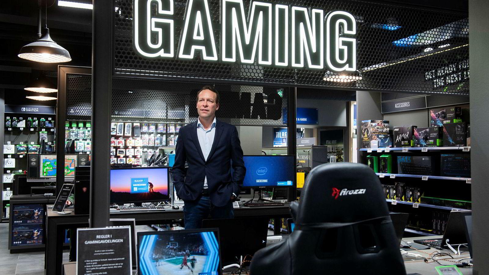 Elkjøp har laget spillsoner i mange av butikkene. Her Elkjøp-sjefen Jaan Ivar Semlitsch, i butikken i Glassmagasinet.