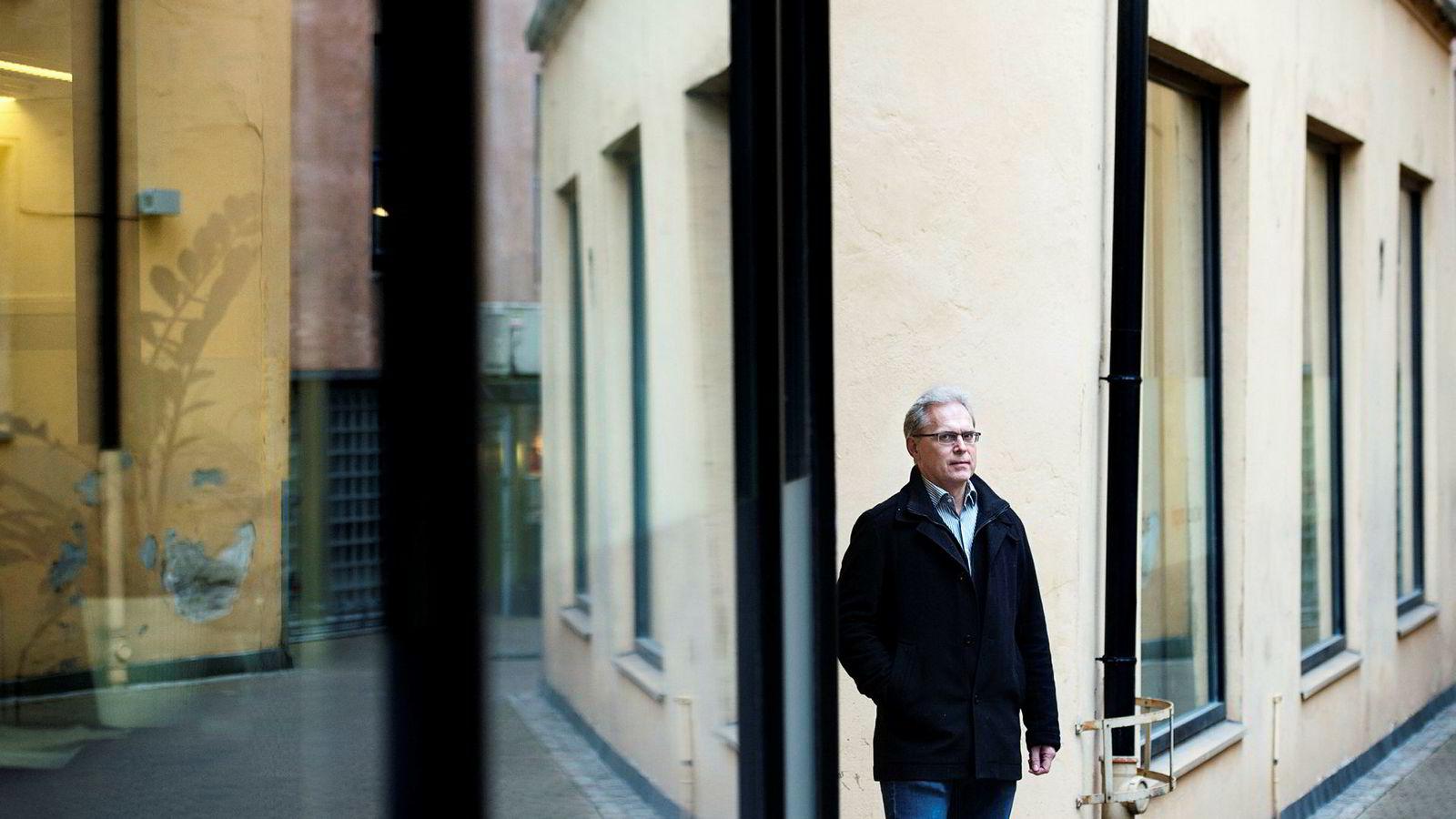Namsfogd Alexander Dey i Oslo ser på saksbunken fra forbrukslånbanker og inkassoselskaper at det blir enda mer å gjøre neste år. Han er usikker på om ressursene strekker til.